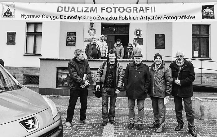 Artyści przed Ratuszem w Ostrzeszowie, od lewej: Stanisław Kulawiak, Wacław  Ropiecki, Alek Figura, Piotr Maciej Nowak i Andrzej Rutyna, fot. G. Kosmala